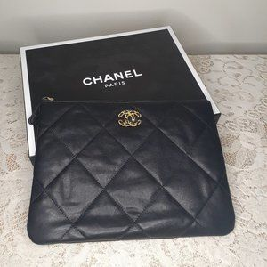 CHANEL - 19 POUCH